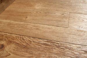 podłoga z prawdziwego drewna